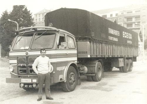 Foto antigua de trabajador delante de un camión