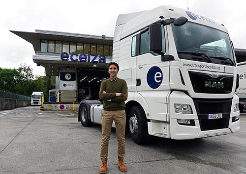 Gerente y camión en las instalaciones